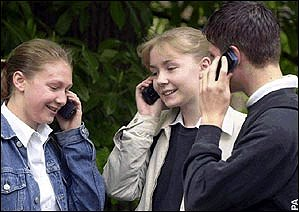 cell_phone_young_people_talking