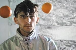 """Neil Harbisson, artista sonocromatópsico, """"escucha"""" los colores gracias a un """"eyeborg"""" instalado en su cabeza."""