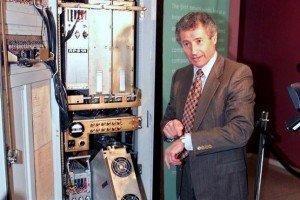 Leonard Kleinrock en 1999, mostrando el primer servidor de la Red, que tenía menos poder de cómputo que su reloj pulsera.