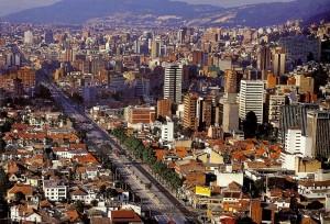 n Bogotá se dan codazos sus 7,8 millones de habitantes, producto de la mayor densidad urbana en toda la región: 26.200 ciudadanos por kilómetro cuadrado.