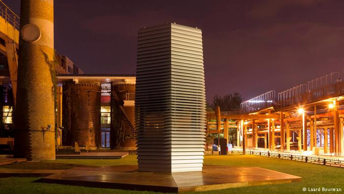 Un innovador proyecto de diseño limpia el aire de las ciudades contaminadas y produce joyas deslumbrantes en el proceso.